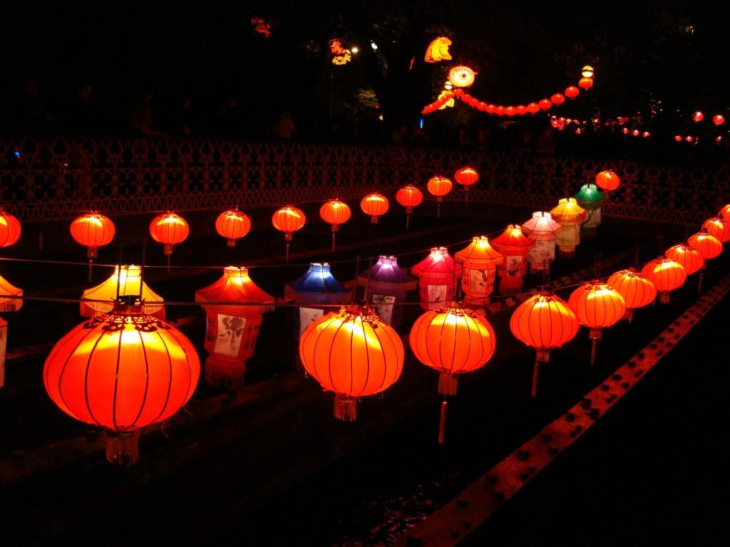 Ngày rằm là ngày trăng tròn đầu tiên của năm âm lịch . Theo truyền thống Đông Á , vào lúc bắt đầu của một năm mới , khi có một mặt trăng tròn sáng trên bầu trời , cần có hàng ngàn chiếc đèn lồng đầy màu sắc treo ra để mọi người đánh giá cao . Tại thời điểm này , mọi người sẽ cố gắng giải quyết các câu đố trên đèn lồng, ăn cơm nếp được đặt tên sau khi lễ hội.