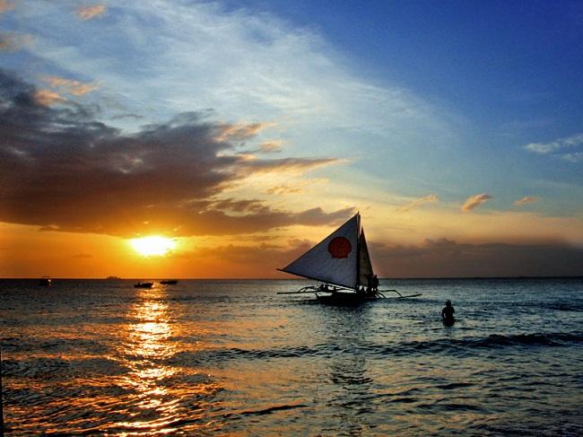Hoàng hôn trên biển White Beach