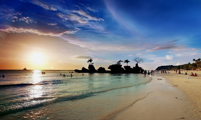 Bình minh trên bãi biển Bulabog