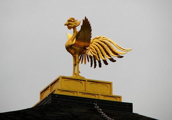 Con phượng hoàng được đúc bằng vàng trên đỉnh ngôi đền.